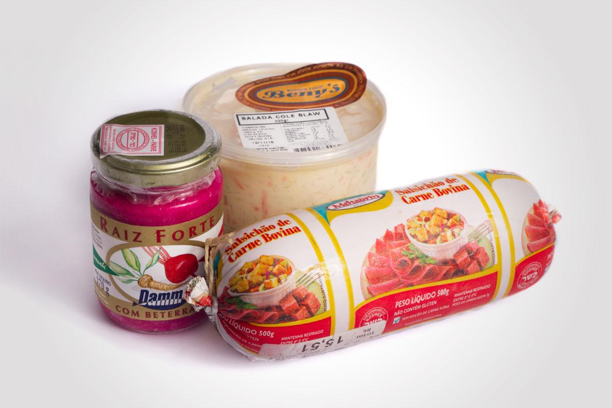Salsichão, raiz forte e salada coleslaw